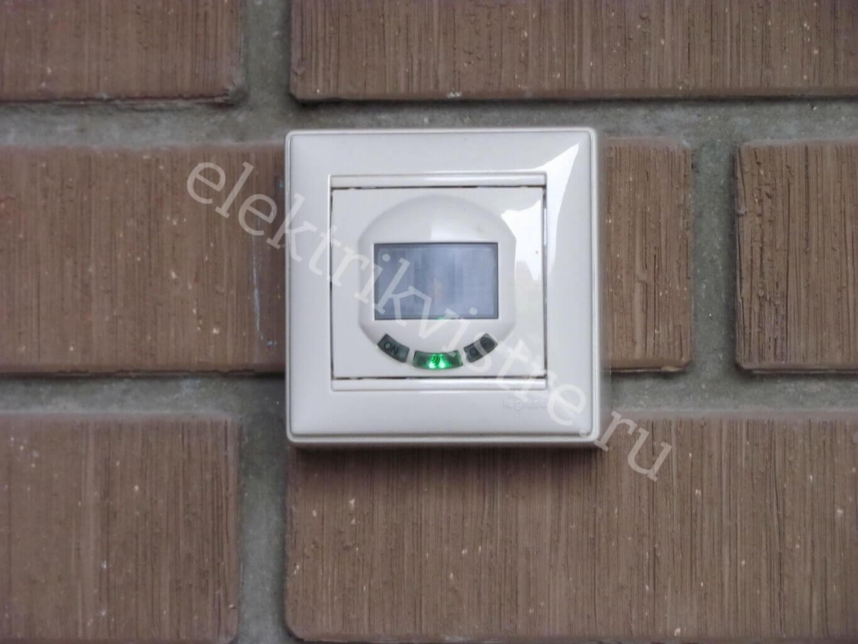 Просто симпатичный выключатель/датчик на фасаде